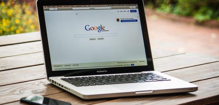 Ordenador con Google abierto